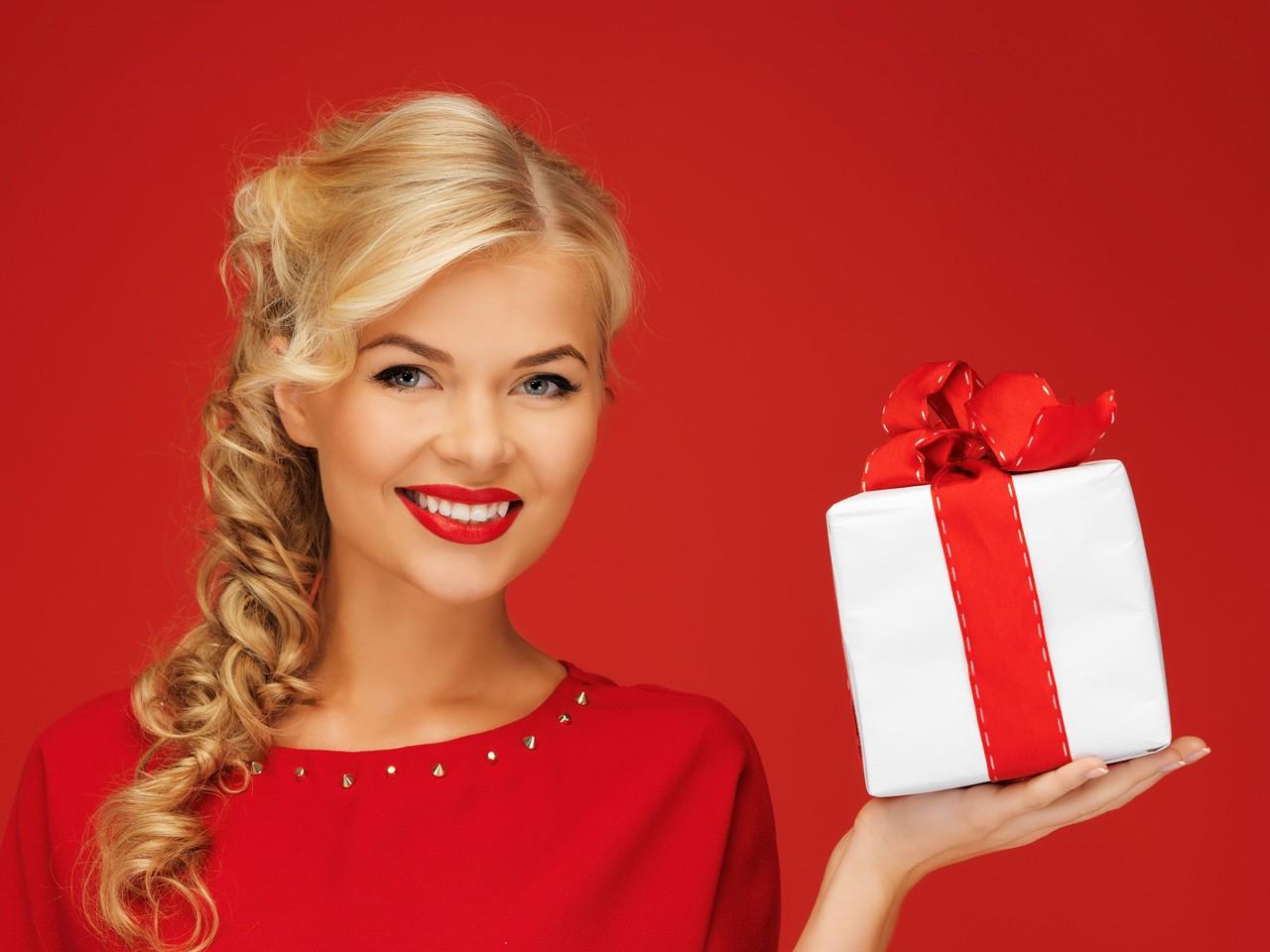 Несколько слов о том как и какой подарок купить любимым женщинам  к 8-ому марта